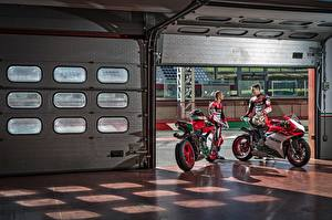 Фотография Дукати Мотоциклист 2 2017 1299 Panigale R  Final Edition