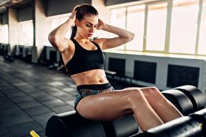 Фото Фитнес Шатенка Физические упражнения Живот Девушки Спорт