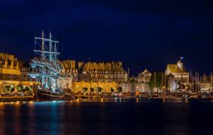 Картинки Франция Здания Причалы Корабли Парусные Залив Ночь Saint-Malo Brittany Города