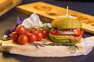 Обои Гамбургер Томаты Разделочная доска