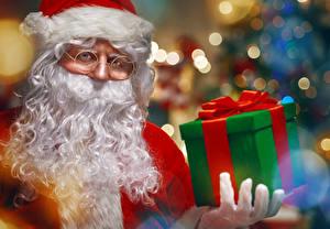 Фотографии Праздники Рождество Санта-Клаус Подарки Очки Борода