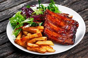 Обои Мясные продукты Картофель фри Овощи Тарелка Пища