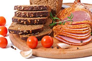 Фото Мясные продукты Ветчина Хлеб Томаты Чеснок Разделочная доска Нарезка Продукты питания