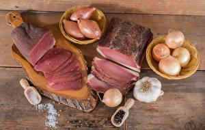 Фото Мясные продукты Ветчина Лук репчатый Чеснок Доски Разделочная доска Соль Пища