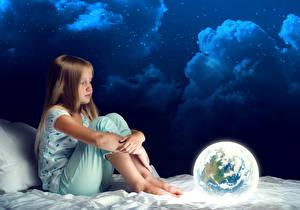 Фото В ночи Девочка Сидящие Облако Земля ребёнок
