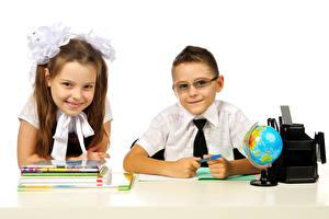 Обои Школьные Белый фон Двое Мальчики Девочки Улыбка Очки Глобус Тетрадь Ребёнок