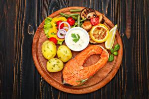 Картинки Морепродукты Рыба Картошка Овощи Разделочная доска Пища