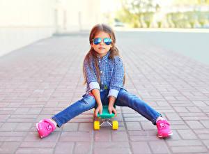 Фотографии Скейтборд Девочки Очки Джинсы Рубашка Дети