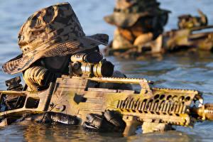 Обои Солдаты Автоматы Вода Немецкий Шляпа German Navy Special Forces Command (Kommando Spezialkräfte der Marine, KSM)