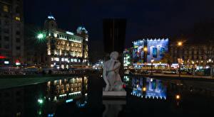Картинки Испания Здания Скульптуры Барселона Отражение Уличные фонари Ночные
