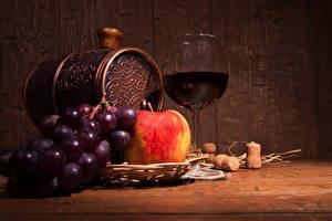 Картинка Натюрморт Бочка Вино Виноград Яблоки Бокалы Продукты питания