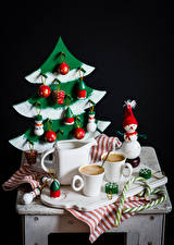 Фото Натюрморт Рождество Кофе Кувшин Чашка Ель Снеговики Шар Черный фон Еда