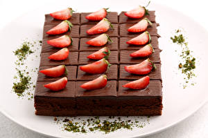 Картинка Сладости Пирожное Клубника Шоколад Тарелка Продукты питания