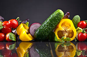Обои Овощи Томаты Огурцы Перец Серый фон Отражение