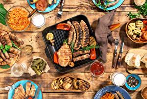 Картинка Сосиска Мясные продукты Огурцы Ножик Напитки Доски Кетчупа Вилка столовая Стакан
