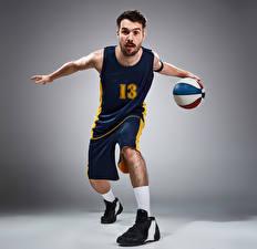Картинка Баскетбол Мужчины Сером фоне Мяч Униформа