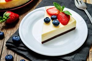 Фотография Черника Клубника Десерт Часть Тарелка Cheesecake Еда