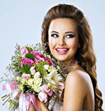 Картинки Букет Шатенки Улыбка Зубы Косметика на лице молодые женщины