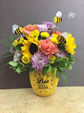 Обои Букет Хризантемы Гвоздика Подсолнухи Пчелы Сером фоне Ваза Цветы
