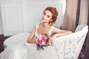 Картинка Букеты Рыжая Невеста Смотрит Сидящие