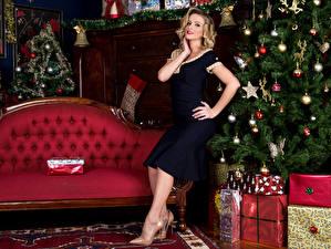 Фото Рождество Блондинка Платье Диван Новогодняя ёлка Подарки Девушки