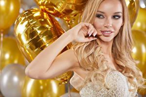 Фотографии Рождество Блондинка Смотрит
