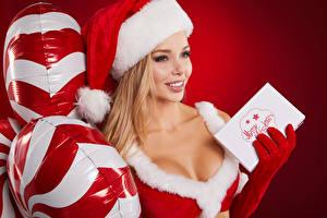 Фотография Рождество Блондинка Шапки Улыбка Воздушный шарик Красный фон