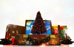 Фото Рождество Свечи Белый фон Новогодняя ёлка Чемодан Подарки