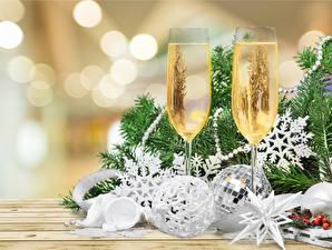 Картинка Новый год Шампанское Бокалы Двое Шарики Снежинки Еда