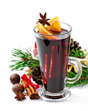 Картинка Рождество Напитки Корица Орехи Бадьян звезда аниса Белый фон Кружка Продукты питания