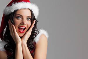 Картинки Рождество Серый фон Шатенка Удивление Лицо Руки Девушки