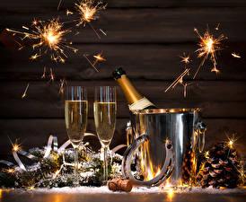 Фотография Рождество Праздники Игристое вино Доски Бокалы Шишки Бенгальские огни Пища