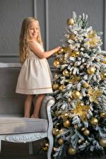Картинка Новый год Праздники Новогодняя ёлка Девочки Платье Шар Улыбка Дети
