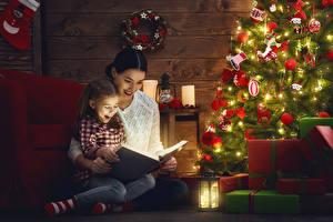 Обои Новый год Праздники Мать Новогодняя ёлка Девочки Подарок Книги Фонари ребёнок Девушки