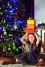 Обои Новый год Праздники Девочки Подарки Платье Елка Дети картинки