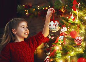 Фото Новый год Праздники Девочки Улыбка Шар Ребёнок