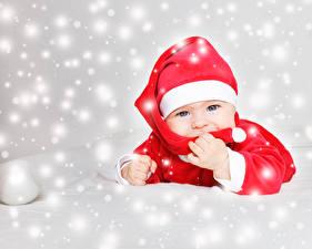 Фото Новый год Младенца Шапки Смотрят Снежинки Ребёнок