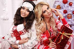 Обои Новый год Двое Улыбка Подарки Волосы Блондинка Шатенка Девушки