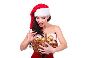 Фотографии Рождество Белый фон Шатенка Корзина Шапки Шар Улыбка Девушки