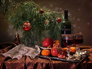 Обои Новый год Вино Гранат Мандарины Ветки Бутылка Бокалы Шарики Еда картинки