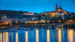 Фотографии Чехия Прага Здания Реки Мост Вечер Речные суда Уличные фонари