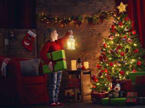 Фотографии Праздники Рождество Новогодняя ёлка Электрическая гирлянда Девочки Фонарь Подарки Ребёнок