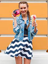 Обои Мороженое Шатенка Улыбка Фотоаппарат Юбка Девушки картинки