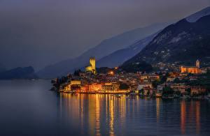 Картинка Италия Горы Дома Озеро Пристань Ночь Malcesine город