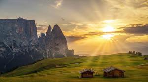 Картинка Италия Рассветы и закаты Луга Дома Небо Альпы Скала Лучи света South Tyrol