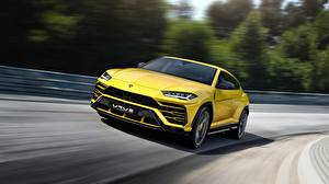 Фотографии Lamborghini Желтый Едущий Urus 2018 Авто