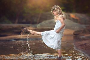Картинка Ноги Платье Девочки Ручей Брызги Дети