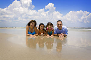 Картинка Мужчины Облака Смех Счастье Пляж Улыбка Дети Девушки