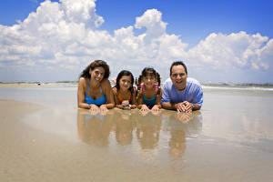 Картинка Мужчины Облачно Смех Радостный Пляжа Улыбка Семья ребёнок Девушки
