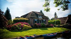 Фотографии Нидерланды Здания Лодки Особняк Кусты Газон Giethoorn village